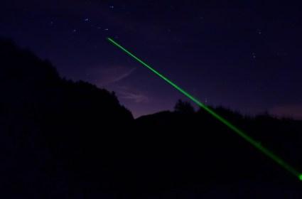Di notte ci piace osservare le stelle: le osserviamo e le indichiamo con un puntatore astronomico
