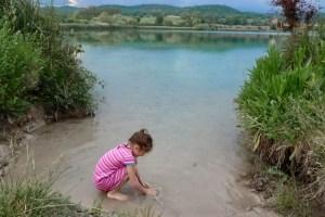 Lungo i bordi del lago dell'Accesa