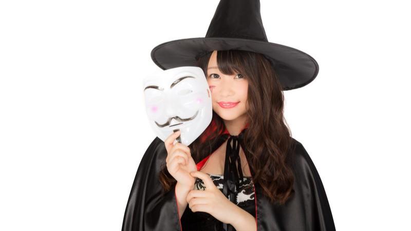 ハロウィンの仮装イベントに匿名で参加した魔女 [モデル:茜さや]
