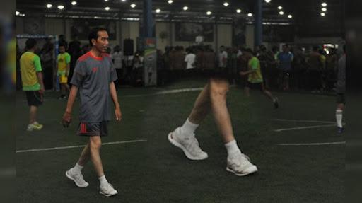 Keseruan Jokowi dan Menteri Bermain Futsal