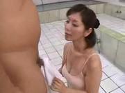 翔田千里が銭湯でエッチなご奉仕をしてる手こキ動画おばさん