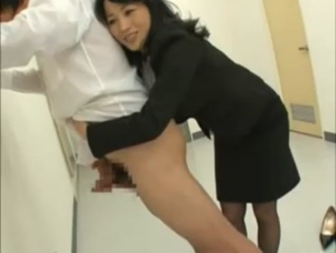 熟年女優の北原夏美が女教師に変身!不良生徒を廊下に立たせてエッチなお仕置きをしちゃう手コキ動画おばさん