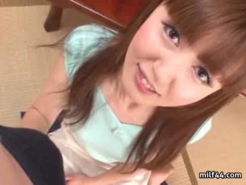 元モデルで人気女優の井川ゆいにセンズリ鑑賞してもらう!超可愛い笑顔でチンポを見つめて亀頭を触っちゃう手コキ動画