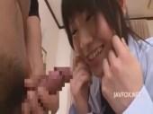 経験の少ない黒髪美少女がフル勃起チンポの匂いを嗅いだりと興味津々なセンズりー鑑賞 無料動画