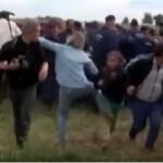 Menekült kislányba rúg egy magyar operatőrnő