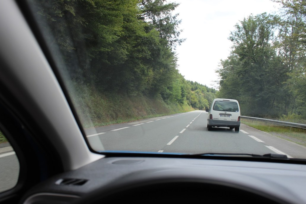 Dépassement d'un véhicule sur une chaussée à double sens