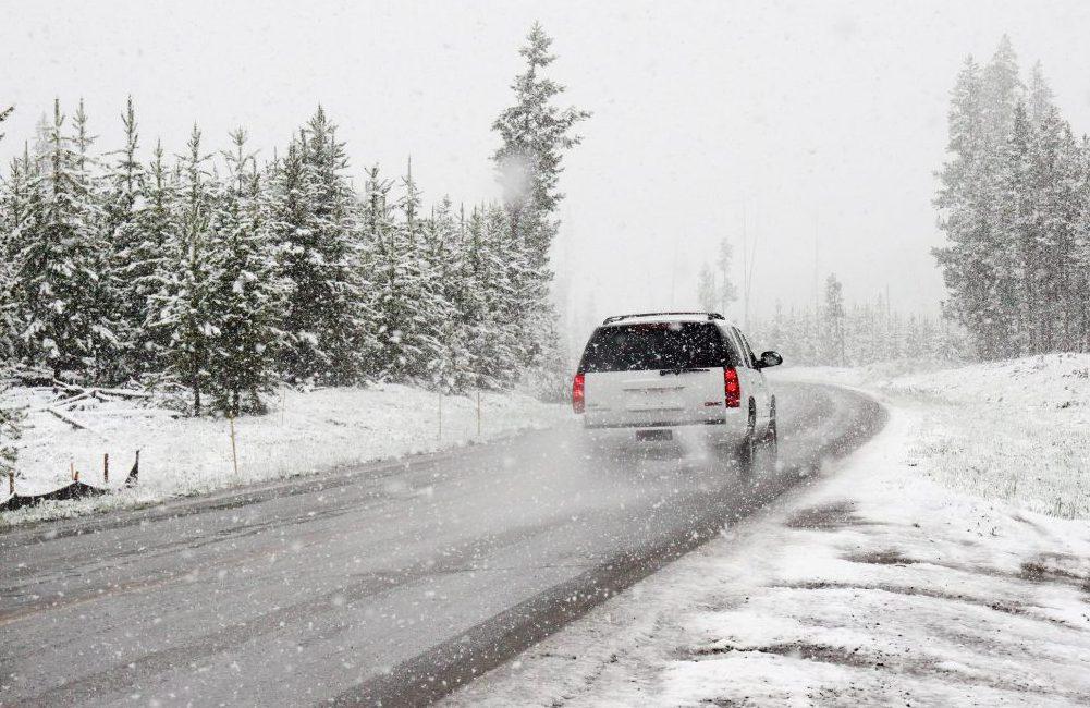 La neige, un facteur qui réduit l'adhérence des pneus à la route.