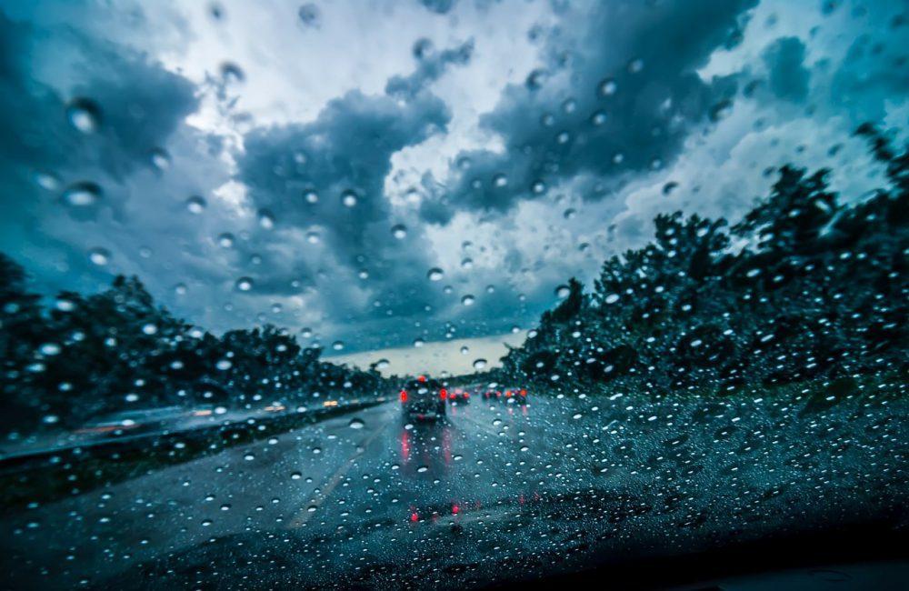 Conduire sous la pluie : quels feux en cas de pluie ?