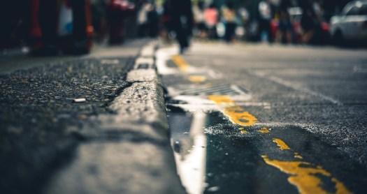 marquage au sol jaune de stationnement interdit