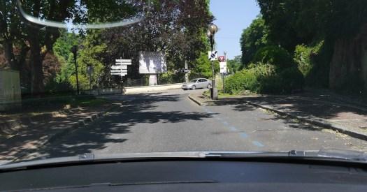 marquage au sol de parking de couleur bleu, indiquant un stationnement autorisé mais limité dans le temps