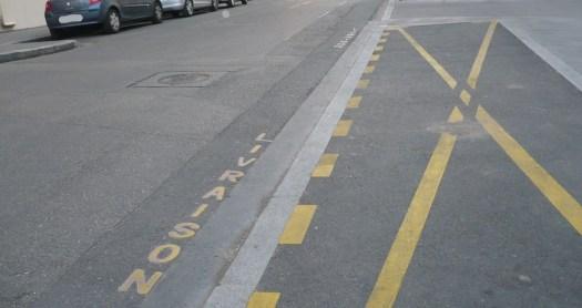 marquage au sol de stationnement interdit car réservé aux véhicules en livraison