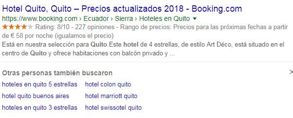 Sugerencias de búsquedas debajo de un resultado de búsqueda.