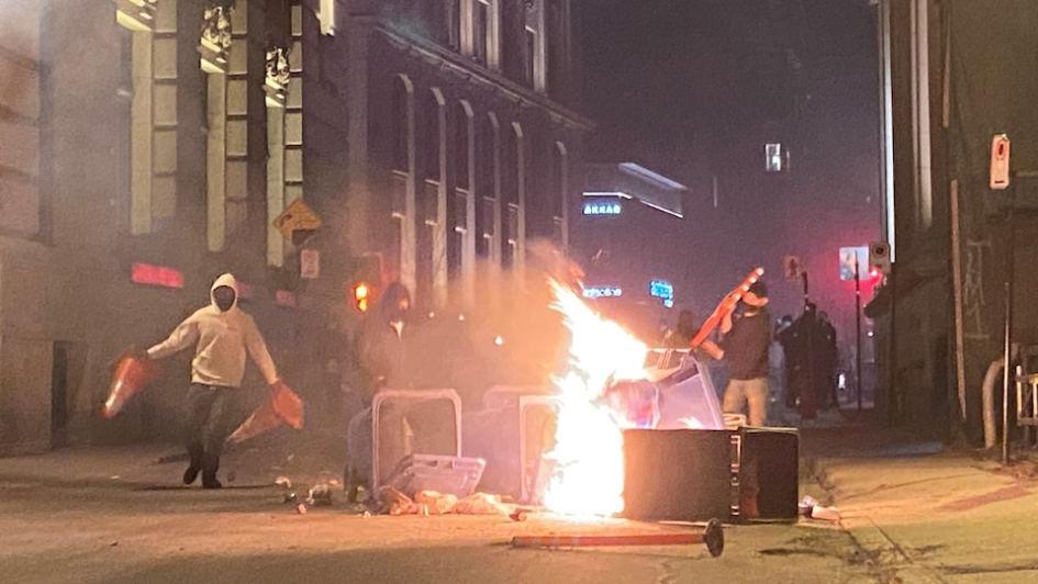 Manifestation mouvementée contre le couvre-feu à Montréal | Coronavirus | Radio-Canada.ca