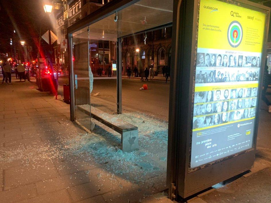 """Sabrina Rivet on Twitter: """"Manifestation contre le passage du couvre-feu de 21 h 30 à 20 h à Montréal. Des fenêtres fracassées, des feux d'artifices lancés, des feux dans des poubelles ..."""