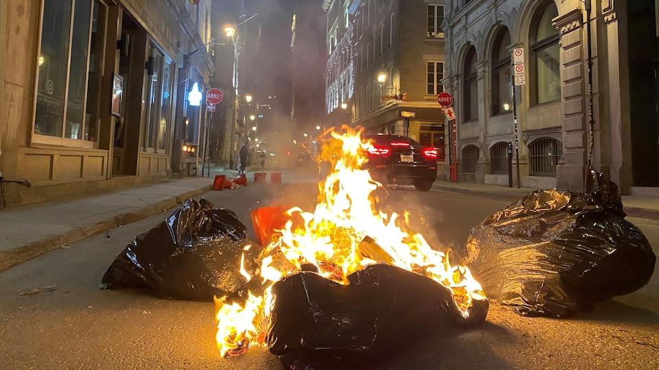 Un feu dans des sacs de vidanges.