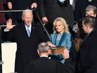 宣誓:拜登就任美国新总统  警惕:特朗普主义余毒流传