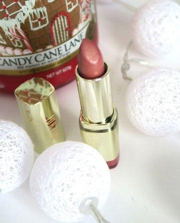 ruj-milani-dulce-caramelo-pe-buze