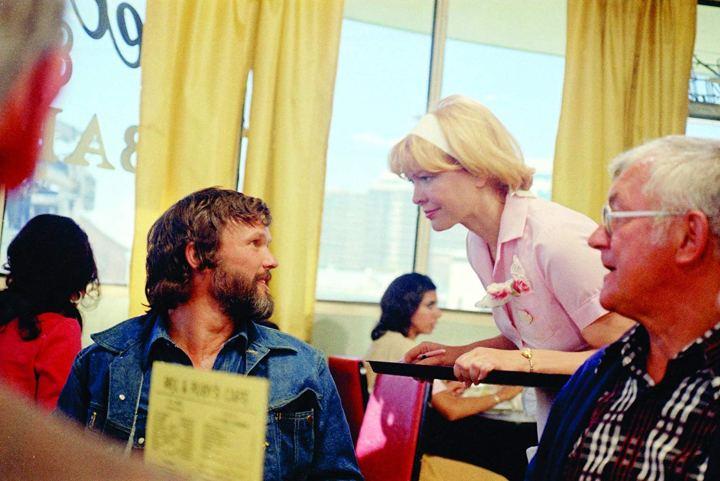 Ellen Burstyn et Kris Kristofferson dans une scène du film Alice n'est plus ici