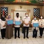 Penyerahan Penghargaan kepada keluarga oleh Bupati Purworejo