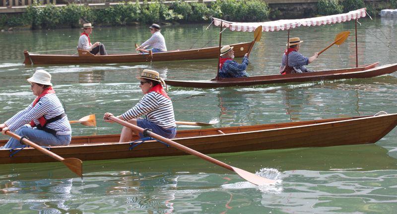 3 bateaux en bois à rames avec 2 ou 3 rameurs