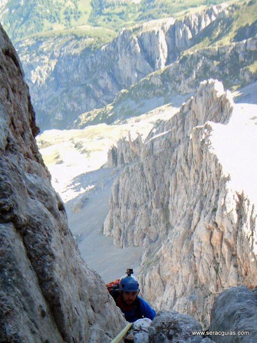 escalada 10 cara norte Naranjo Picos de Europa SERAC COMPAÑÍA DE GUÍAS