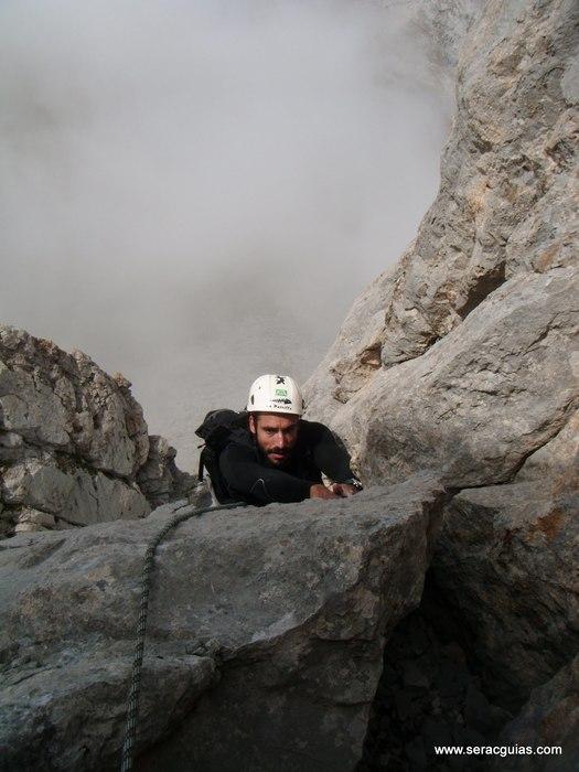 escalada aguja ostaicoechea Picos de Europa SERAC COMPAÑÍA DE GUÍAS