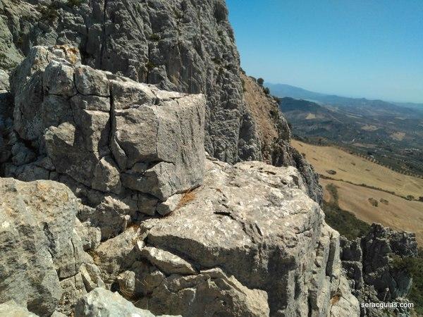 detrás está el rápel del segundo pilar Tajo de Gómer SERAC COMPAÑÍA DE GUÍAS