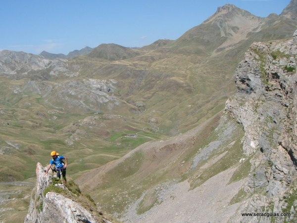 Aguja Portalet cresta Valle Tena Pirineo SERAC COMPAÑÍA DE GUÍAS
