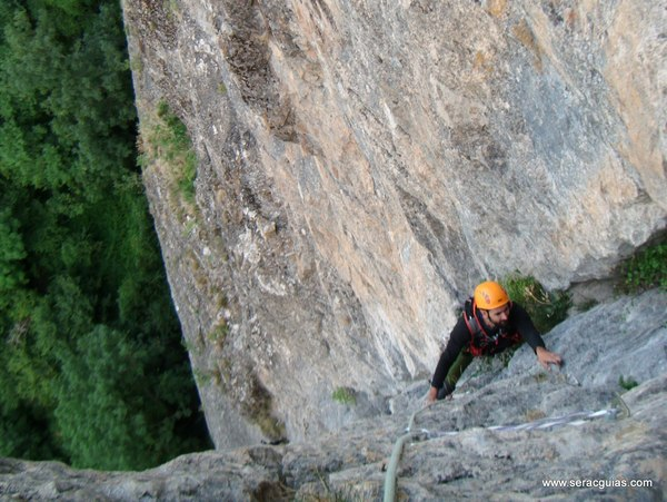 Diedro Hoz Jaca 8 Valle Tena Pirineo SERAC COMPAÑÍA DE GUÍAS