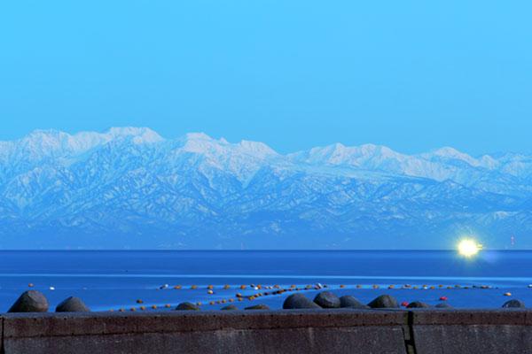 氷見温泉郷からの立山連峰
