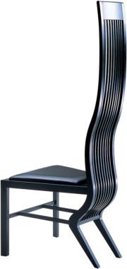 磯崎新氏デザインのモンローチェア。合板の厚みを変えることで独特の曲線美を生み出している。40万4000円(税抜) ~。画像提供:天童木工