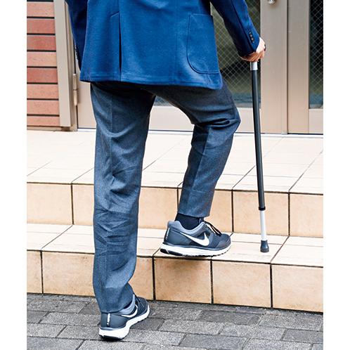 階段を上るときには、杖の長さを短くすると、持ち手部分の高さが変わらないので力を入れやすい。下りるときは長くする。