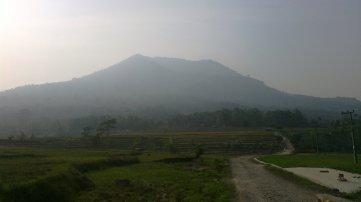Gunung Pulosari terlihat dari jalan masuk.