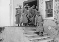 Краљ Петар Први излази из болнице у Скопљу.