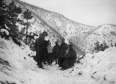Краљ Петар Први у планинама Албаније током повлачења 1915.