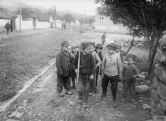 Српска деца играју се војника.