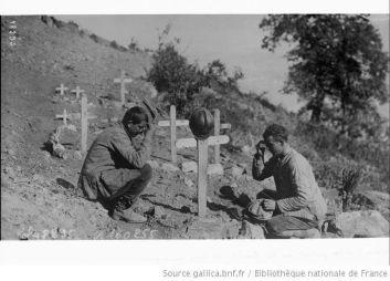 Српски војници на гробу палих другова