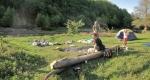 Део друштва који је камповао крај језерцета затичемо у ленчарењу (чекајући наш истраживачки тим :-)