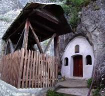 црква у стени у селу Рсовци