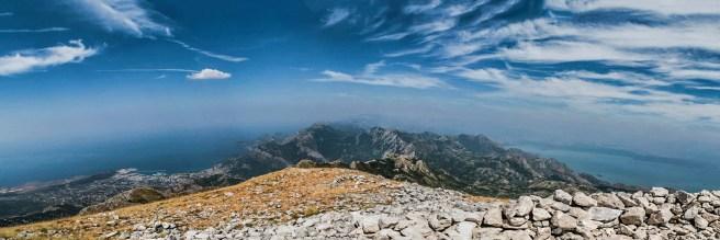 Панорама са врха: лево је Јадранско море и Бар, а десно Скадарско језеро. У средини су бројни врхови, скоро до Ловћена - фото Немања Манчић