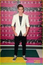 Brooklyn Beckham, isso mesmo, filho da Posh Spice, usando calça cagada
