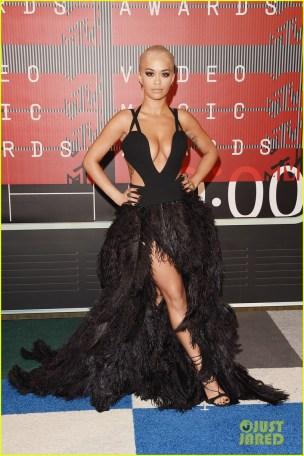 Rita Ora Bolas fazendo Angelina Jolie legs do jeito errado