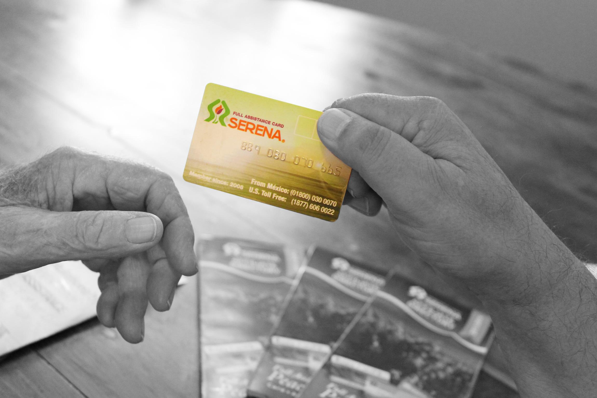 Una persona muestra su serenacard