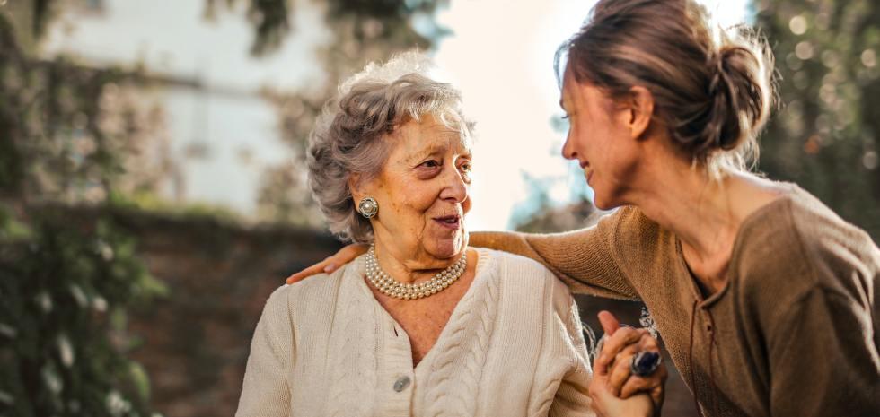 Foto tomada de Pexels: https://www.pexels.com/es-es/foto/hija-adulta-alegre-saludo-feliz-madre-senior-sorprendida-en-el-jardin-3768131/