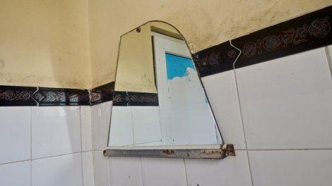 Miroir de récupération dans les toilettes publiques de 23 y 10, 2016.