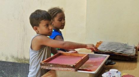 deux gamins de Habana Vieja fabriquent du papier lors d'un atelier d'été.