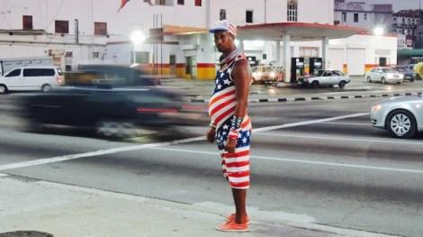 Un inconnu en total look Stars & Stripes, sur le Malecón.