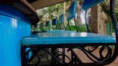 Sous la gloriette-cafétéria du Parque Almendares, La Havane : deuxième vie pour cet ensemble de sièges de bar.