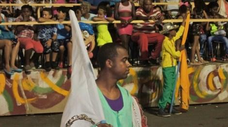 Porte drapeau d'une des comparsas : en amont du défilé, on attend son tour.
