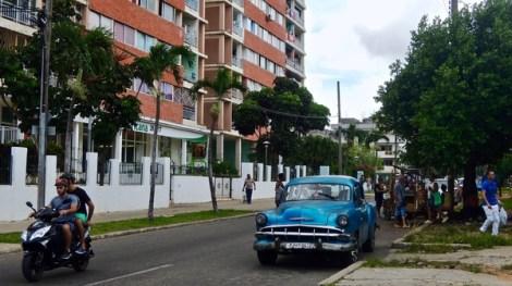 Carretillero sur le trottoir et tienda panamericana en CUC cohabitent sur la calle 26.